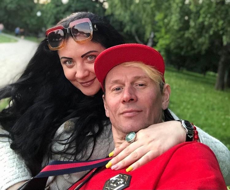 Бывший певец и его жена не комментируют скандал.