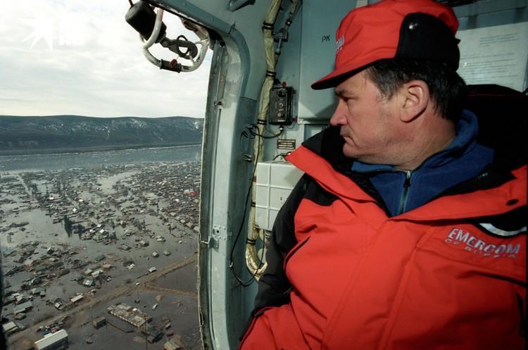 Заместитель министра МЧС Юрий Воробьев осматривает затопленный Ленск с борта вертолета