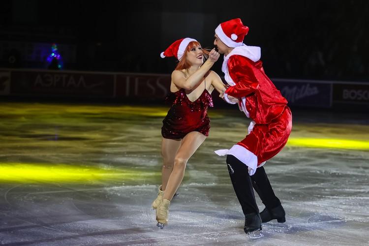 Тиффани Загорски и Джонатан Гурейро в костюме Деда Мороза.