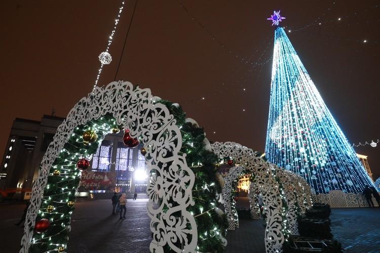 Главная новогодняя елка Минска-2021 на Октябрьской площади.