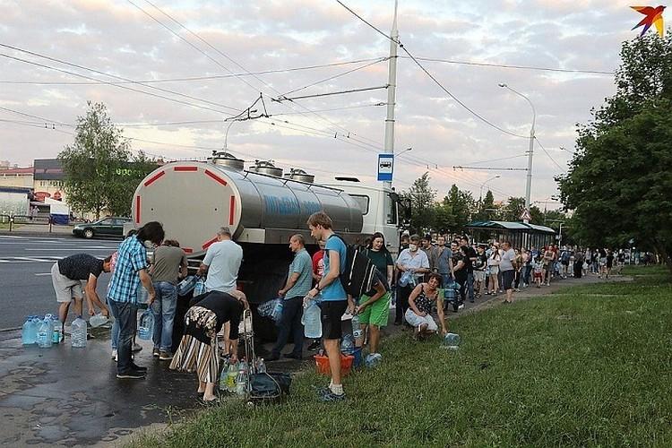 Пока проблема решалась, минчанам подвозили воду в бочках и цистернах.