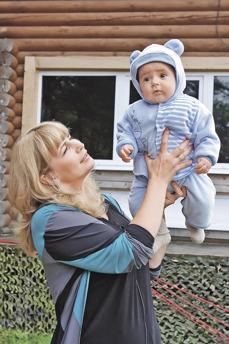 Первой из участниц в «Доме-2» родила Рита Агибалова. Помогать ей с сыном на проект пришла мама Ирина (на фото). Фото: Юрий САМОЛЫГО/ИТАР-ТАСС