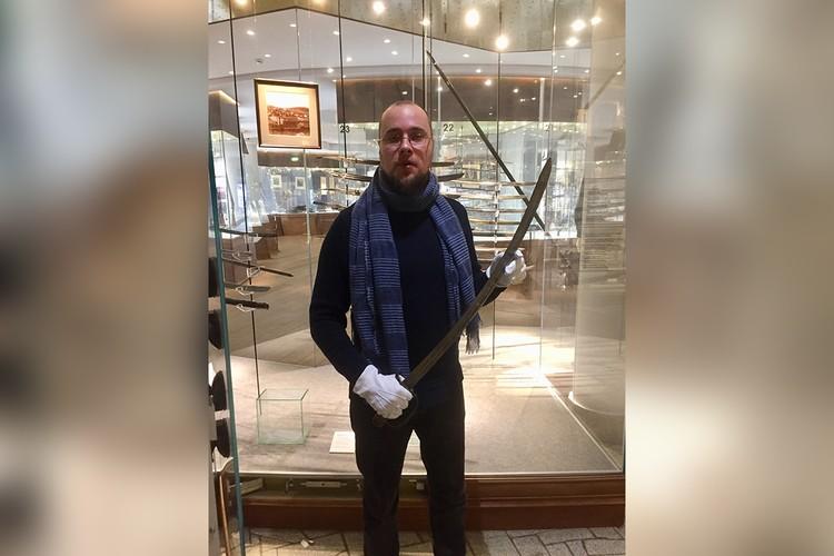 Исследователь и коллекционер кавказского оружия Сергей Талантов с шашкой императора России Александра Третьего.