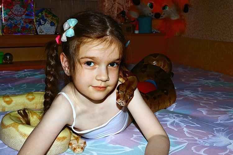 Дочь Андрея выросла в компании змей и сейчас она - их любимица. Фото: Минск-Новости.