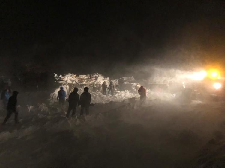 В результате схода снежной массы засыпало пять домиков курорта. Фото: МЧС России