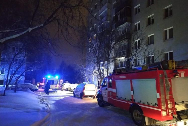 Спасатели вывели из горящего здания 90 человек. Фото: предоставлено пресс-службой ГУ МЧС по Свердловской области