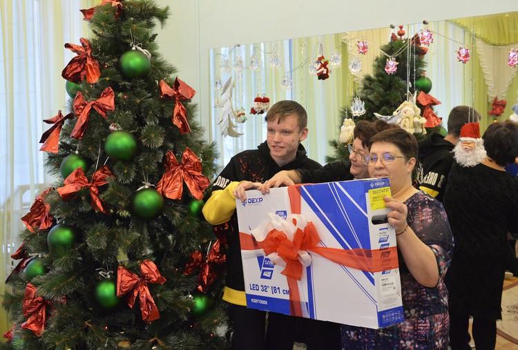 Каждый ребенок получил то, о чем писал в письме Деду Морозу. Фото Александр Волошин.
