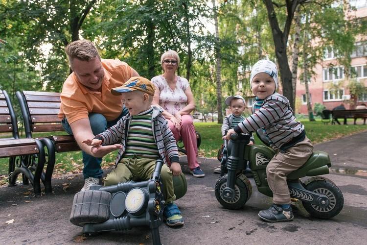 Воспитывать малышей Дмитрию Лалетину помогает теща - Зинаида Георгиевна