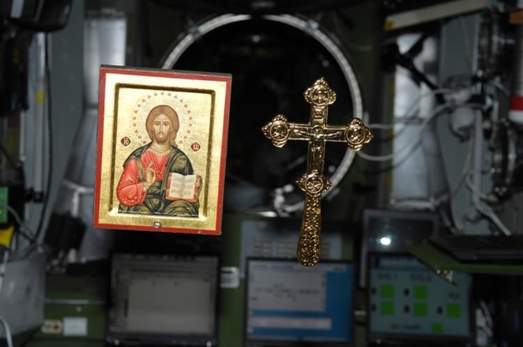 Православный крест привез на станцию экипаж «Союза ТМА-8» в 2006 году.