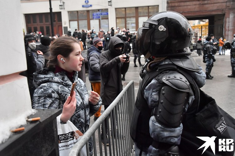 Среди протестующих прохаживались группки юных мальчиков и девочек, пришедших «делать революцию».