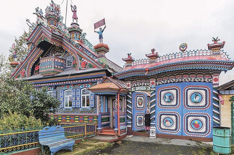 А эта изба в поселке Кунара Свердловской области - вся произведение деревянного зодчества. Причем возвели ее не так уж и давно - во второй половине ХХ века. Фото: Иван ХАФИЗОВ