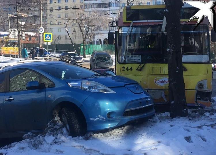 Троллейбус протаранил 4 авто