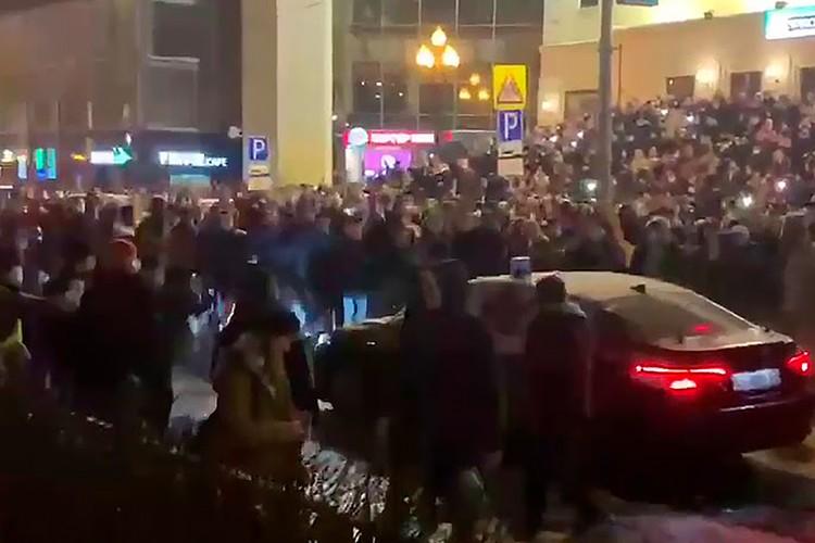 Момент нападения на государственный автомобиль на Цветном бульваре попал на видео.
