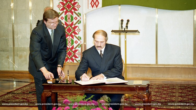 Подписание Конституции, 1996.