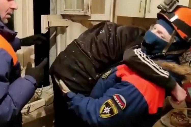 Держаться на своих ногах парень не смог - он почти час на холоде просидел в крайне неудобной позе. Фото: Магаданский филиал ДВРПСО МЧС России