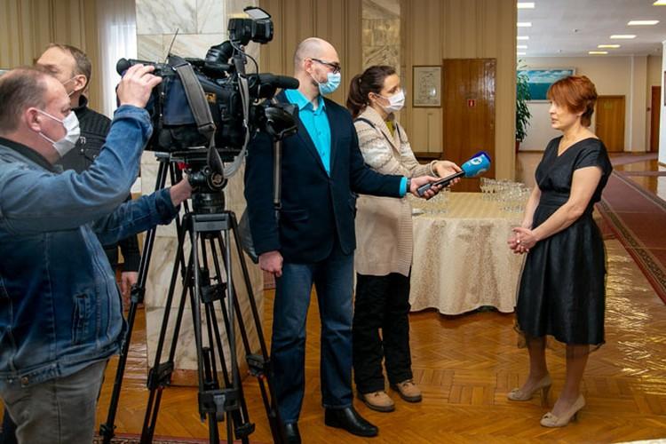 Главный редактор Елена Квасникова рассказывает на камеру о настоящем и будущем «Ведомостей»Фото: Валерий ПАНОВ