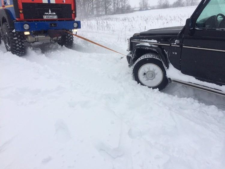 Дорогой внедорожник тоже оказался в плену снега. Фото: МЧС