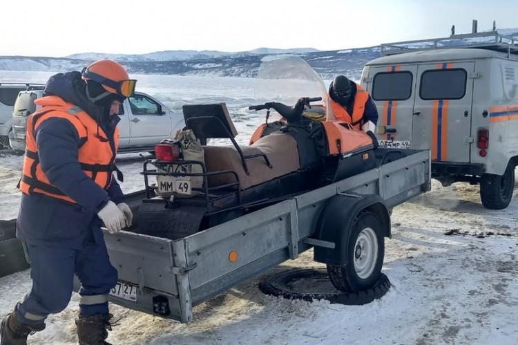 К месту ЧП выдвинулись сотрудники спасотряда со снегоходами и альпинистским снаряжением