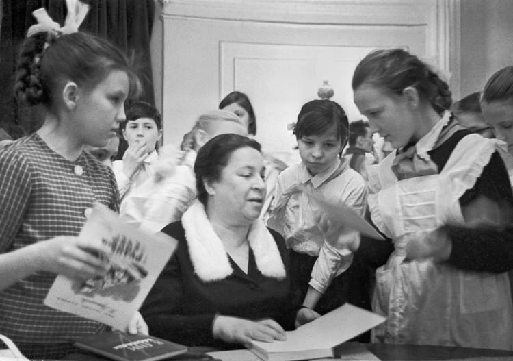 Писательница Агния Барто беседует с школьниками в Колонном зале Дома союзов. Фото Владимира Савостьянова/ТАСС