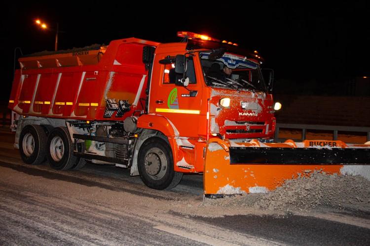982 тонны песко-соляной смеси высыпали в ночь на дороги Владиостока. Фото: Администрация Владивостока / Анастасия Котлярова