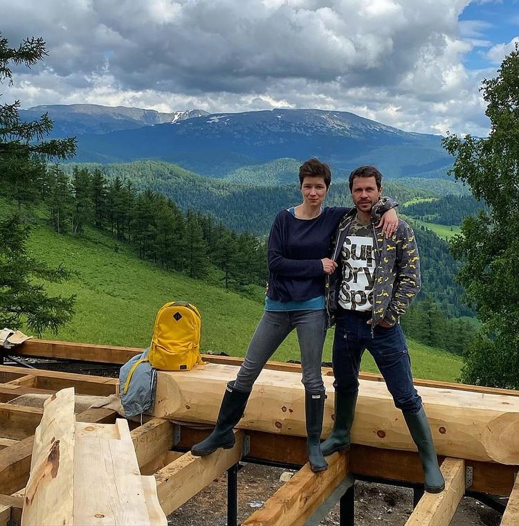 С бывшей гражданской женой Дарьей Павел продолжает строить дом на Алтае.