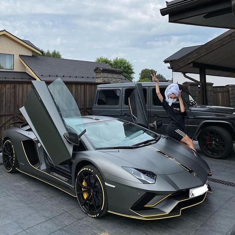 Серый спортивный автомобиль Lamborghini Aventador звезда «Орла и решки» купила летом 2020 года. Фото: Инстаграм.