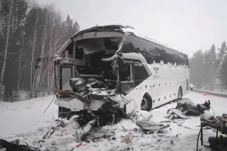 Фото с места ДТП с автобусом под Братском 17 февраля 2021: в аварии погибли пять человек