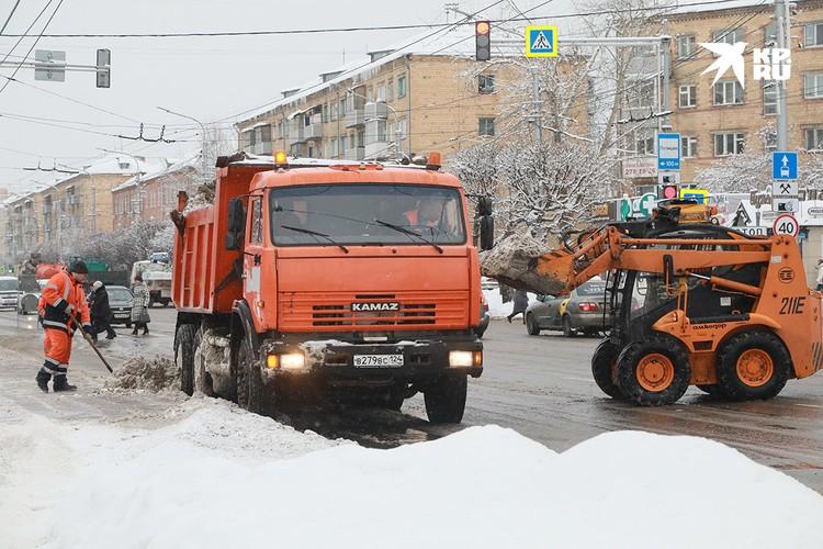 Дорожники убирают снег на Высотной