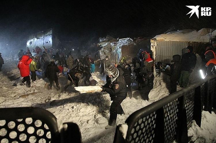 После схода лавины там работали несколько сотен спасателей. Фото: Ирина Яринская