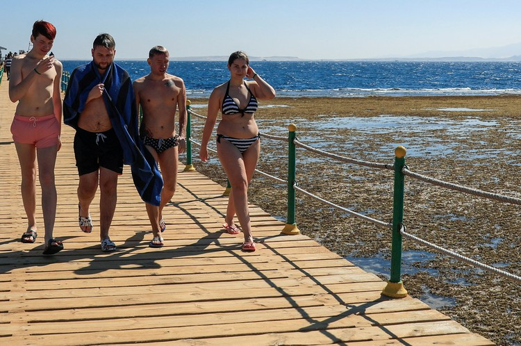 Туристы на пляже в Шарм-эль-Шейхе, Египет.