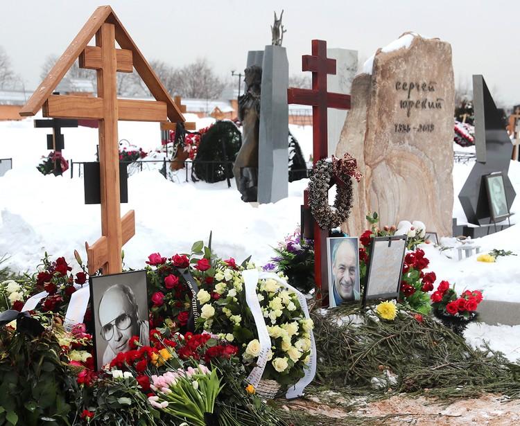 Цветы на могилах актеров Андрея Мягкова и Валентина Гафта на Троекуровском кладбище. Фото: Сергей Фадеичев/ТАСС