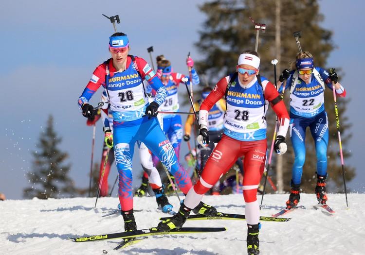 Россиянка Ирина Казакевич и латвийка Байба Бендика во время женского масс-старта на 12,5 км
