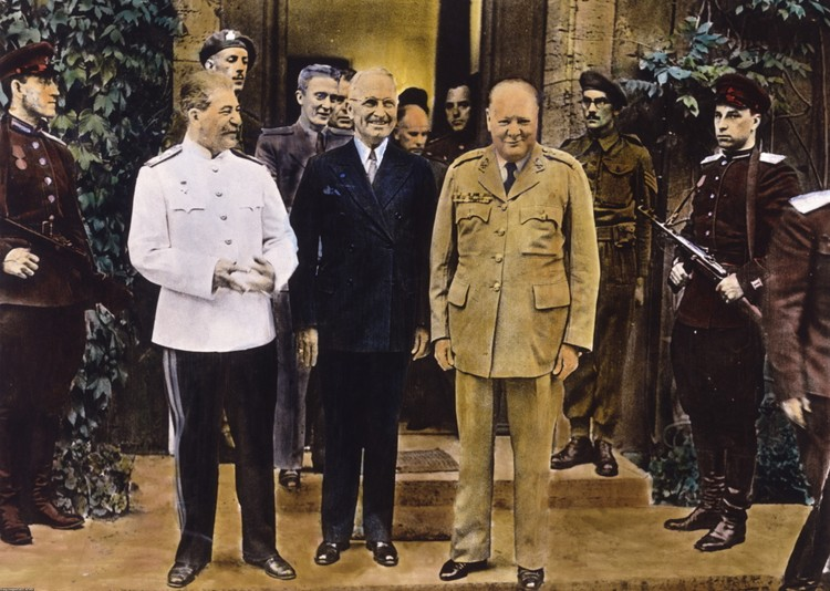 Слева направо: Иосиф Сталин, Гарри Трумэн и Уинстон Черчилль на Потсдамской конференции в 1945 году