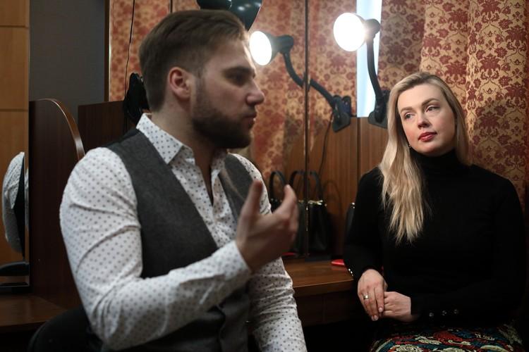 В гримерке артисты не только к выступлениям готовятся, но и интервью дают.