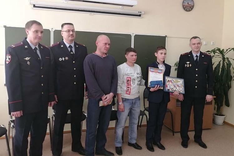 Полицейские награждают Славу Дорошенко