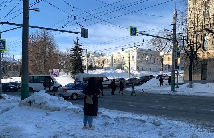 После тушения часть центральной улицы города превратилась в каток, поэтому рано утром ее перекрыли. (фото: сообщество «Черный список Пенза» в социальной сети «ВКонтакте»)