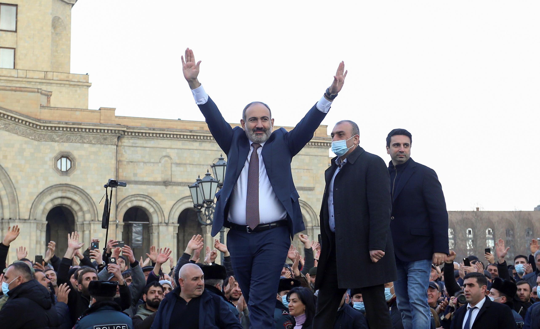 По оценкам местных более-менее независимых экспертов, Пашиняна поддерживают, может быть, 10% политически активного населения, которое ходит по митингам.
