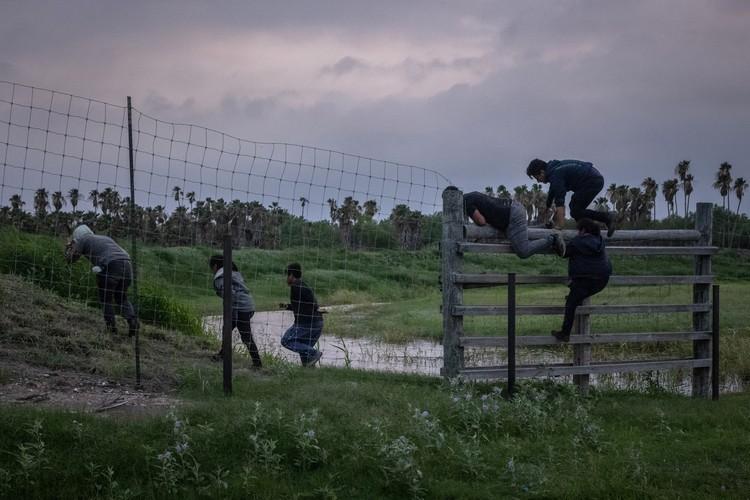 Los mexicanos asaltan el muro en la frontera con Estados Unidos.