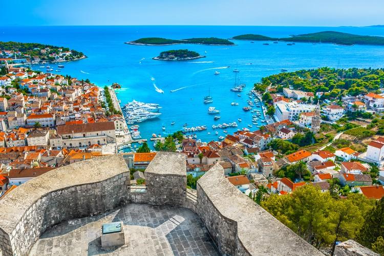Интереснее всего для туристов этом списке Хорватия. Страна на побережье Адриатического моря открыта для россиян