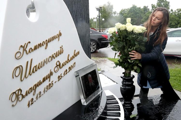 Дочь композитора Владимира Шаинского Анна на церемонии открытия памятника на Троекуровском кладбище. Фото: Михаил Терещенко/ТАСС