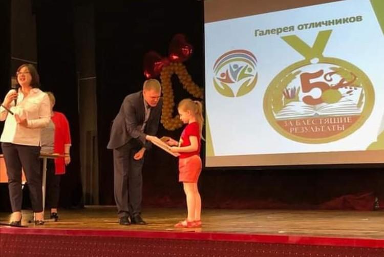 Восьмилетняя девочка Алиса Теплякова еще год назад попала в «Реестр рекордов России» в номинации «Освоение программы 11 классов в наименьшем возрасте».