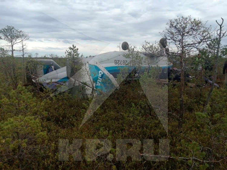Ан-28 упал на крышу, но пассажиры живы. Фото: Сибирский авиационный поисково-спасательный центр