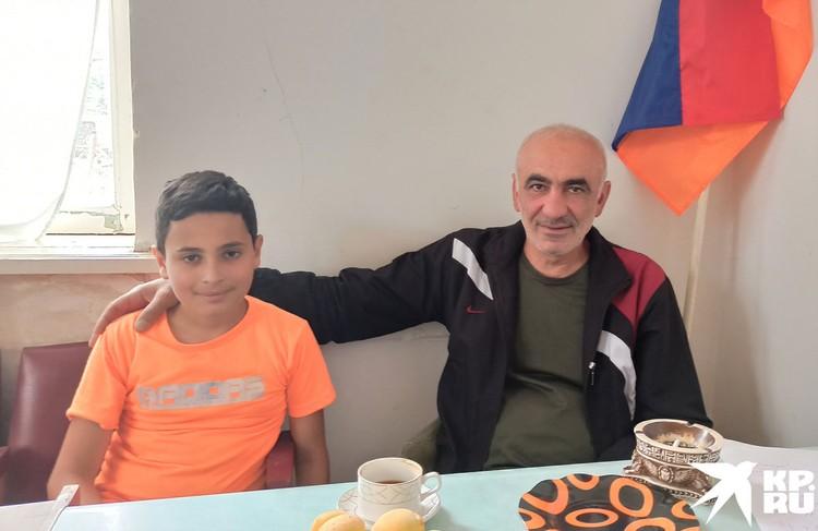 Староста разорванного напополам села Шурнух Акоп Аршакян и его племянник Грант. Их дома остались на азербайджанской стороне.