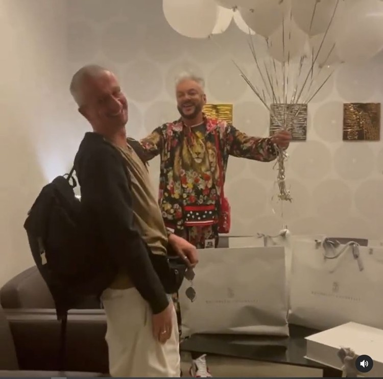 В видео режиссер заходит в комнату, где его действительно ждет Филипп Киркоров. Фото: кадр видео.