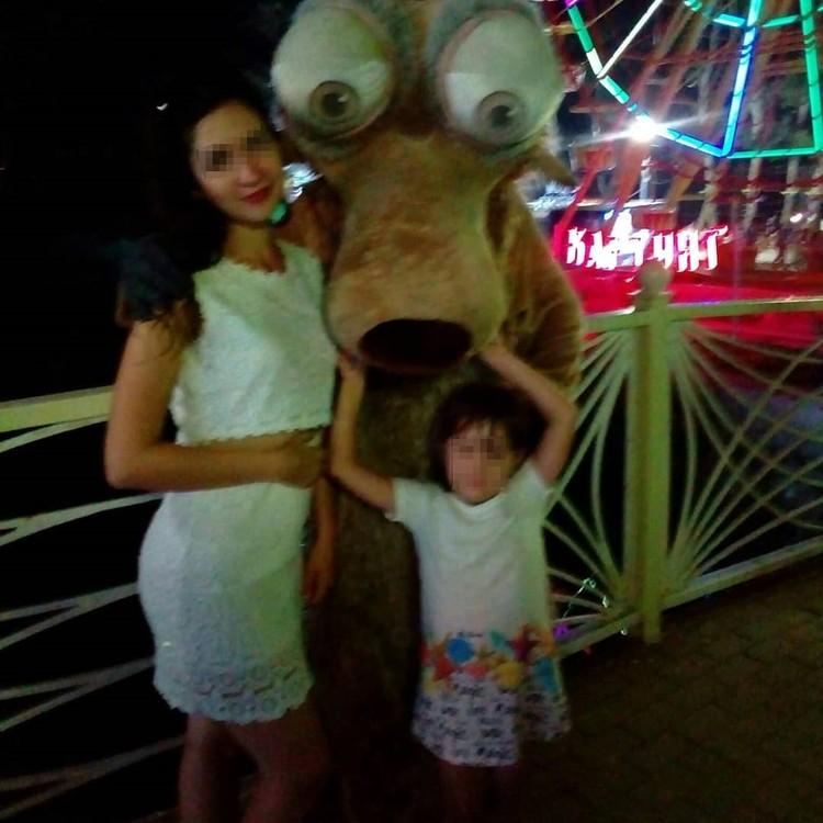 Виктория на отдыхе с дочкой
