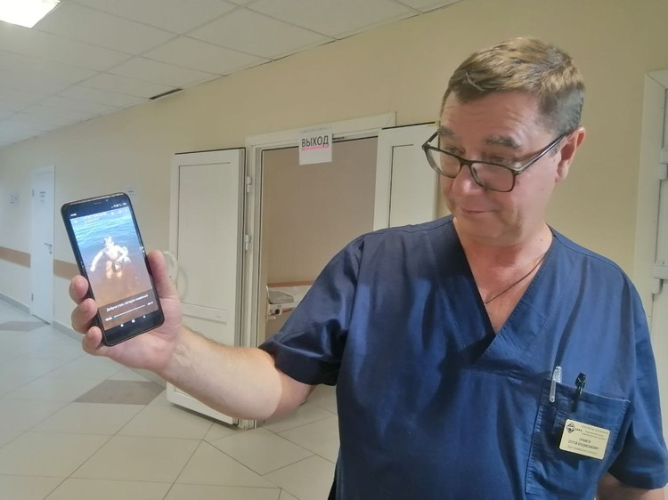 Травматолог-ортопед Сергей Сушаков смотрит, как плавает его пациент, которому он спас руку