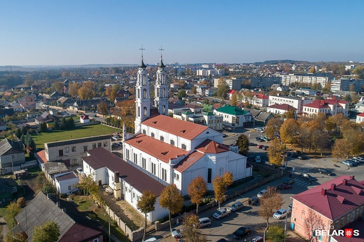 Костел Святого Михаила Архангела хорошо виден с площади, впрочем, как и с любой точки города. Фото Сергей Плыткевич.