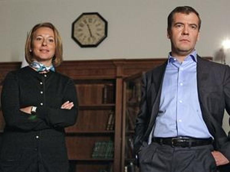 Дмитрий Медведев и пресс-секретарь президента Наталья Тимакова перед записью видеообращения главы государства.