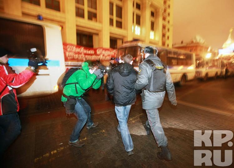 Любое действие милиции привлекало внимание фотографов, которых собралось множество