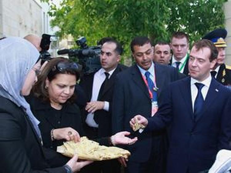 При входе в резиденцию губернатора Иерихона Дмитрию Медведеву преподнесли палестинский «хлеб-соль» - бедуинскую лепешку.